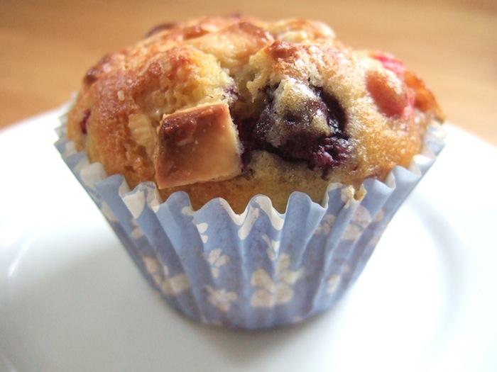 Summer berry white chocolate muffins | hungryhinny